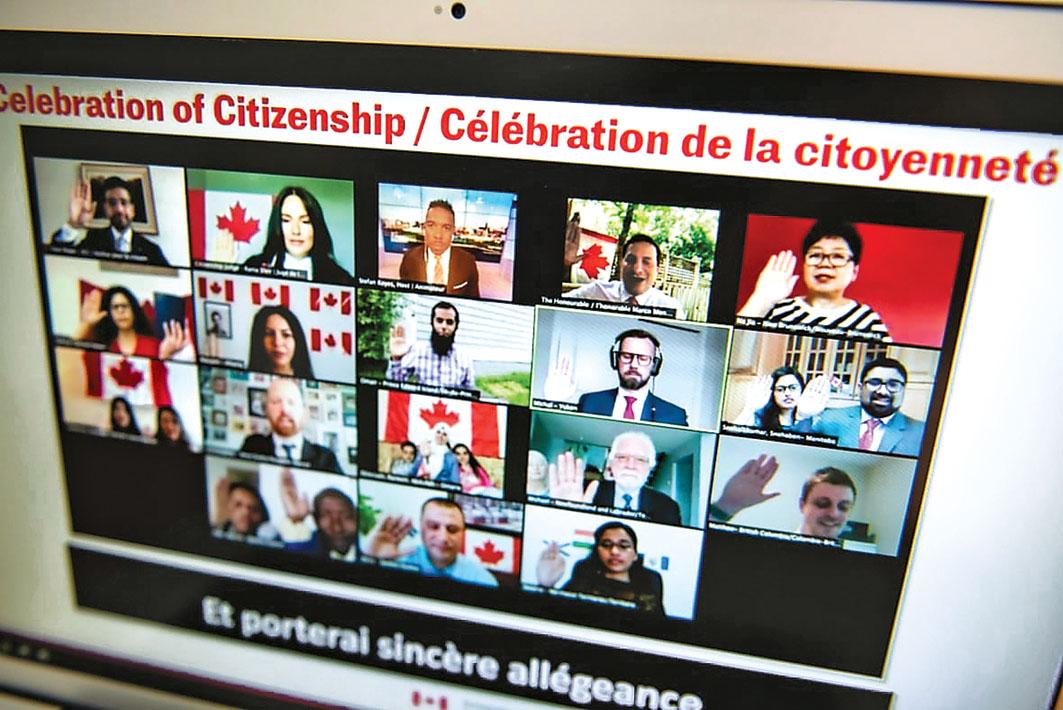 ■2020年国庆日,加拿大新公民在虚拟入籍仪式上宣誓。网上图片