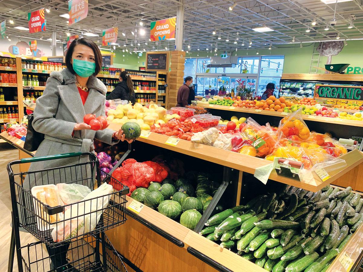 ■姚婉芬在超市挑选健康食材。受访者提供